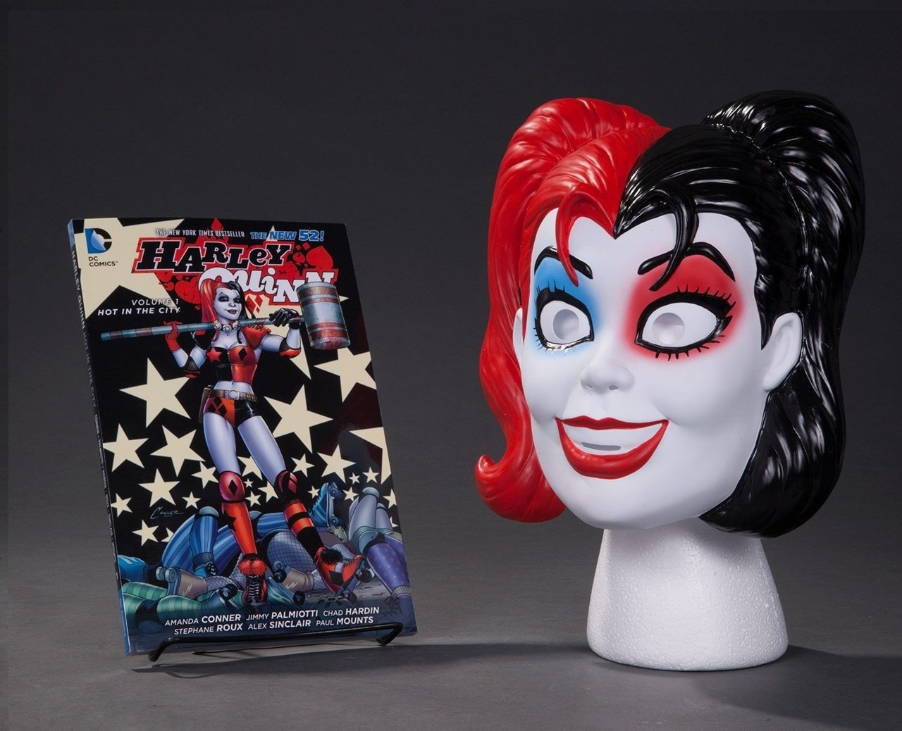 Harley Quinn: Vol.1: Hot In The City(The New 52): Limited Edition Mask Set - 1